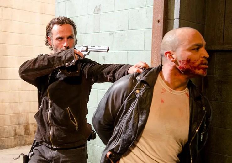 the-walking-dead-episode-613-rick-pistol