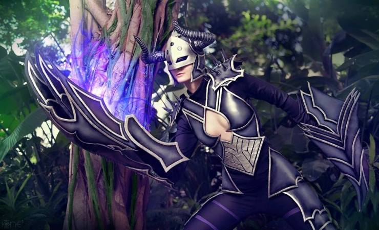 darkflame-shyvana-captain-izzy-cosplay
