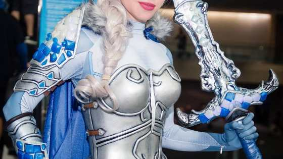 We never knew winter could be so beautiful with this armored Elsa cosplay from ArmoredHeart.