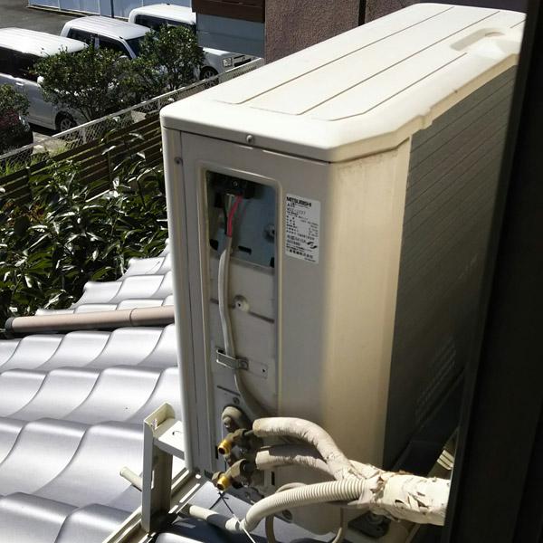 屋根に設置されたエアコンの回収