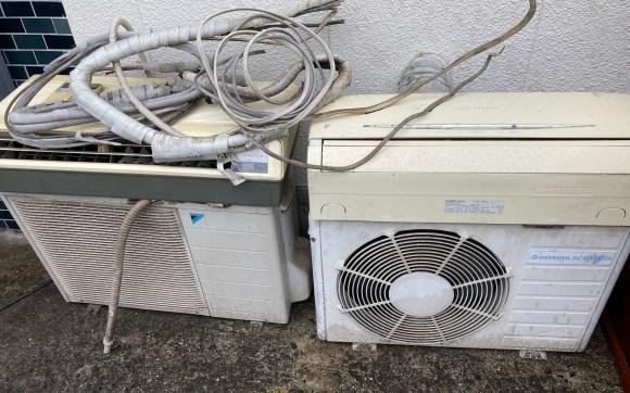 引っ越しの際に取り外しされたエアコン軒下にて不在置き回収