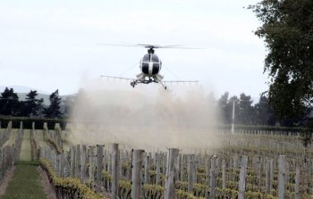 20160403.. helo spraying grapes