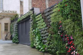 El muro verde de un hotel sobre la Ave. Jimenez.