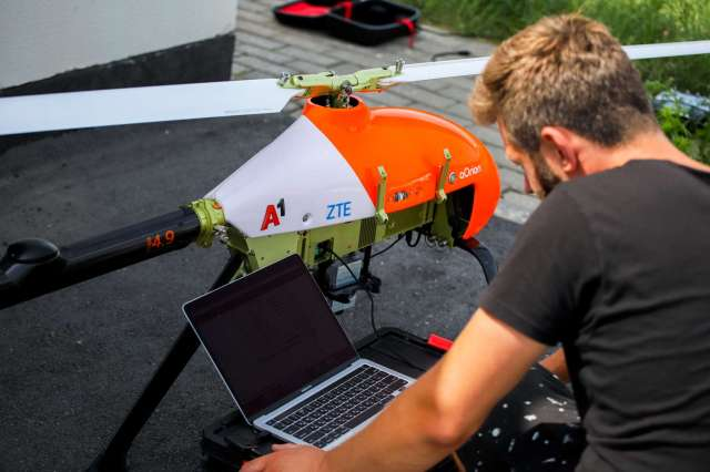 an autonomous helicopter drone connected via 5g sa network is running the inspection of the solar plant of a1 Airplane GEEK An autonomous helicopter drone connected via 5G SA network is running the inspection of the solar plant of A1