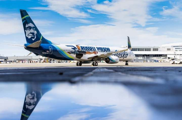battle for seattle delta and alaska go after seahawks fans Airplane GEEK Battle For Seattle: Delta And Alaska Go After Seahawks Fans