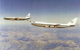 Boeing 707 refueling tanker 747