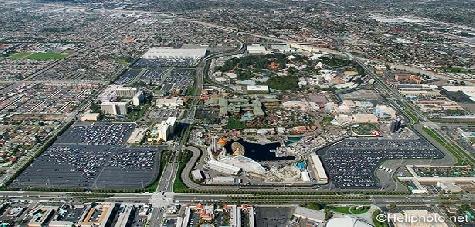 Umgeben von der Stadt Anaheim  liegen die beiden Disneyparks