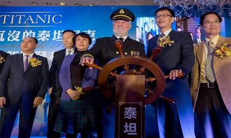 Am Steuerrad der Schauspieler Bernard Hill und SSEG-CEO Su Shaojun bei der Projektvorstellung auf der Pressekonferenz in Hong Kong.