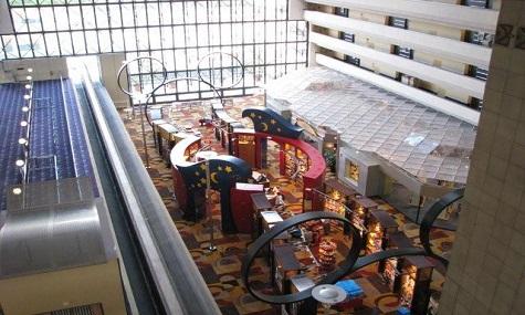 Die große Haupthalle, voller Restaurants, Bars und Geschäften