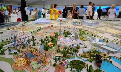 Eines von vielen Modellen das den späteren Park Investoren vorstellt. Hier eines der Neueren, auf denen schon klare Elemente erkennbar sind. Im Hintergrund sieht man die Olympischen Veranstaltungsorte.