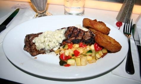New York Strip Steak mit Knoblauchkaroffelbrei und Gemüse - Sci-Fi Dine-In Theater, Hollywood Studios