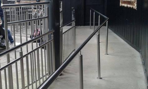 Der Innenraum des Freefall-Towers ist nur mäßig thematisiert.