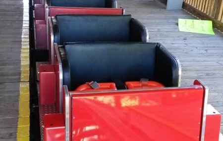 Die renovierten Züge warten auf fahrende Gäste (anklicken zum vergrößern)