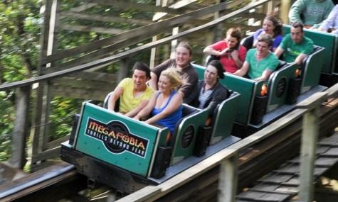 """""""Thrills Beyond Fear"""", so lautet das Motto der Achterbahn - Anklicken zum Vergrößern!"""