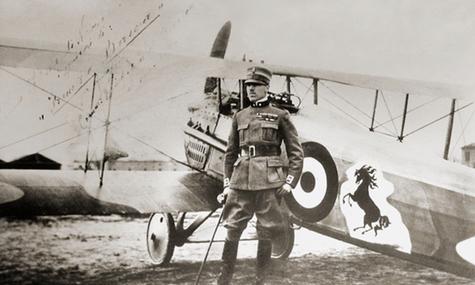 Francesco Baracca vor seinem Flugzeug
