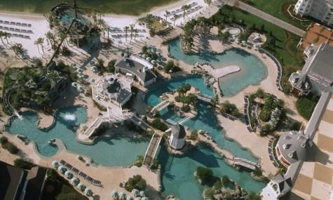 Wie eine kleiner Wasserpark zeigt sich der Stormalong Bay Yacht and Beach Club