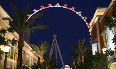 Glücksspieler die um besonders viel Geldspielen waren hier der Namensgeber: The High Roller in Las Vegas, schwebend über dem weltberühmten Strip