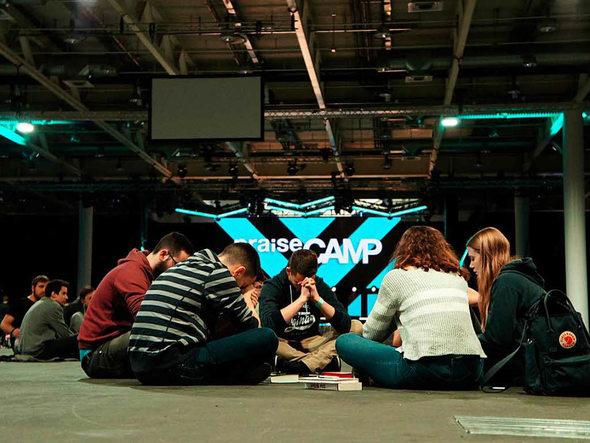 Nahe bei Gott in karger Halle – das Basler Praise Camp Foto: Savera Kang