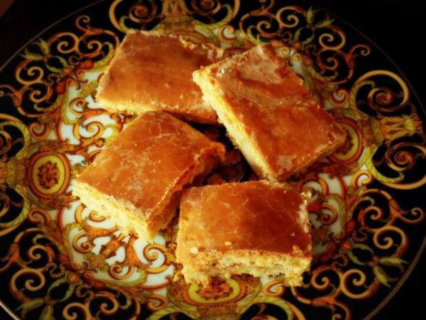 Gedeckter Apfelkuchen vom Blech mit Eischnee und saurer