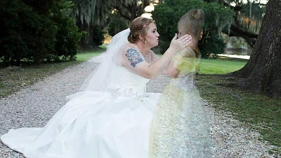 Fotografin lsst kleine Azalee auf Hochzeitsfoto ihrer