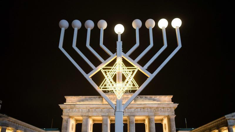 Bildergebnis für Bilder Weihnachten Berlin Menonah Leuchter am Brandenburger Tor