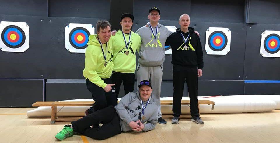 Aisti Sportin SM-joukkue 2018-2019 pronssimitalit kaulassa