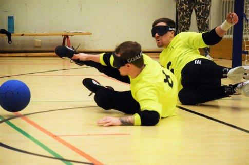 Tilannekuva, jossa Honkanen ja Tihumäki heittäytyvät puolustukseen pallon tullessa kohti Honkasen jalkoja.
