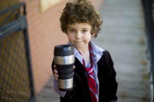 水筒を手に持つ子供