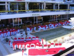 Restaurantul hotelului Amfiteatru, pregatit pentru o nunta.