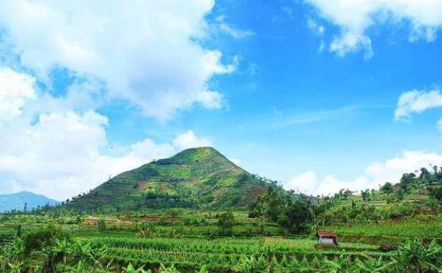 struktur piramida di Gunung Sadahurip, Garut, Jawa Barat