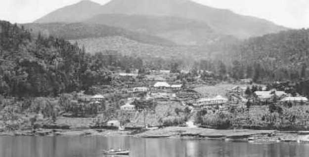 Gunung Lawu dilihat dari telaga Sarangan