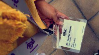 بطاقات تعريفية موزعة على الطلبة في قناة أم بي سي والعربية