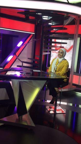 طالبة الاعلام في استديو قناة أم بي سي
