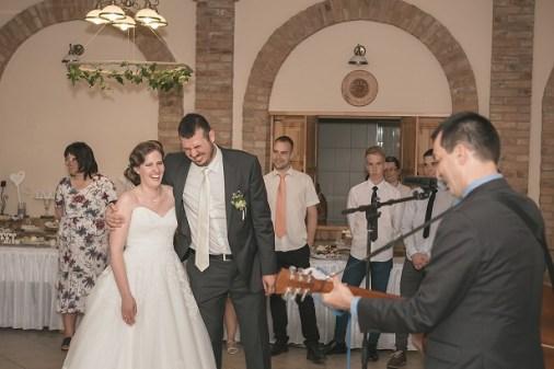 Nászajándék élőben: Vica és Gábor a Hubadúr-dalt nevetve fogadták.