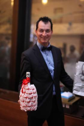 Nászajándék lehet édesség, ital kreatívan csomagolva