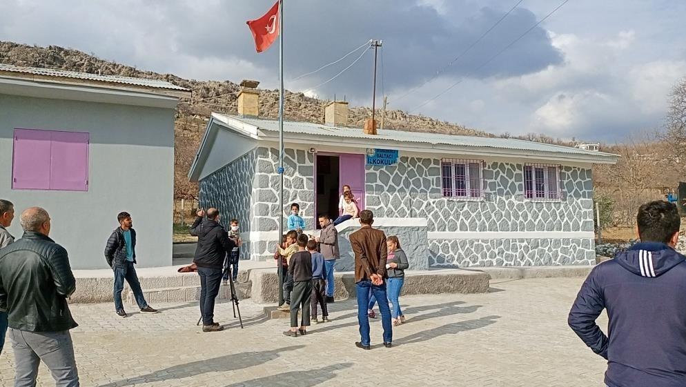 Futbolcu Mame Thiam Diyarbakır'da okul onardı