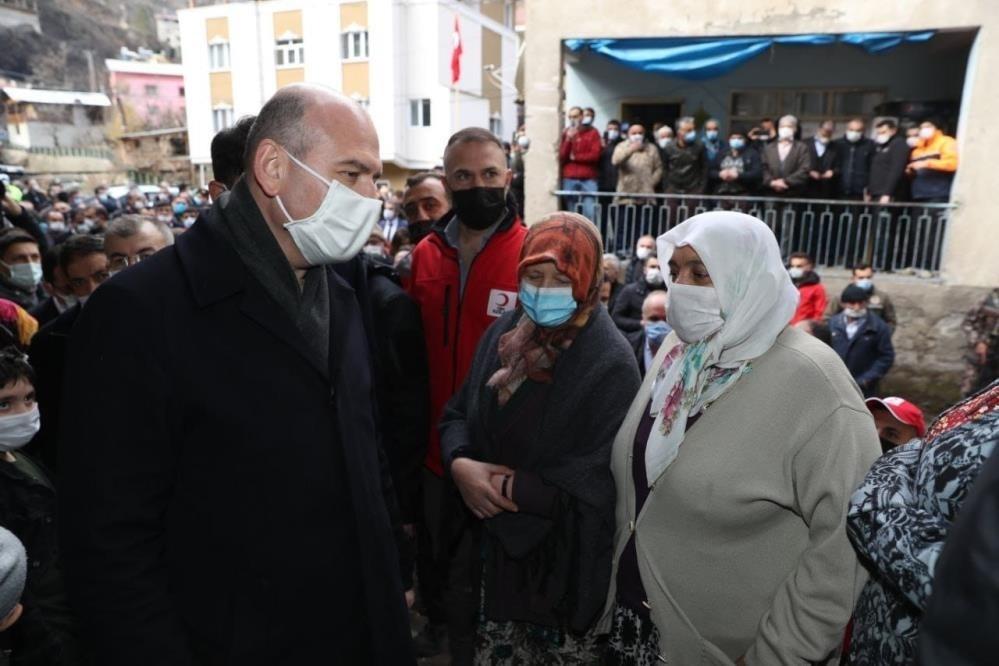 Bakan Soylu 60 hanenin yandığı Dereiçi köyünde vatandaşlara seslendi