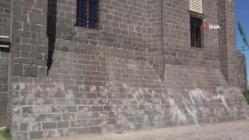 Diyarbakır da tarihi caminin dokusuna zarar verildi