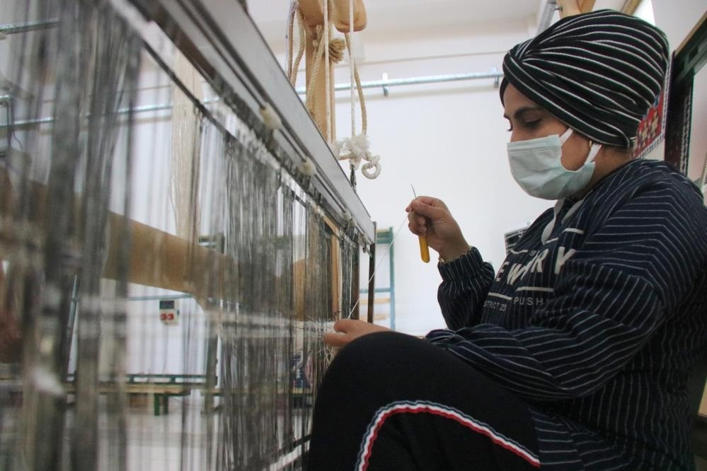 Diyarbakır'lı kadınlar ipekten şal üretiyor