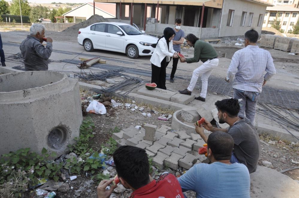 Ak Parti Yenişehir İlçe Başkanı Kaya, inşaat işçilerine karpuz ikram etti