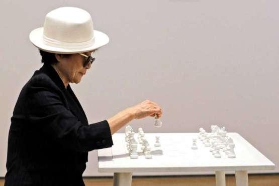 Yoko Ono y su Tablero de ajedrez blanco, símbolo de paz.