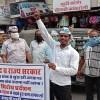 पेट्रोल और डीजल की बढ़ती हुई कीमतों के खिलाफ हल चलाकर विरोध प्रदर्शन किया