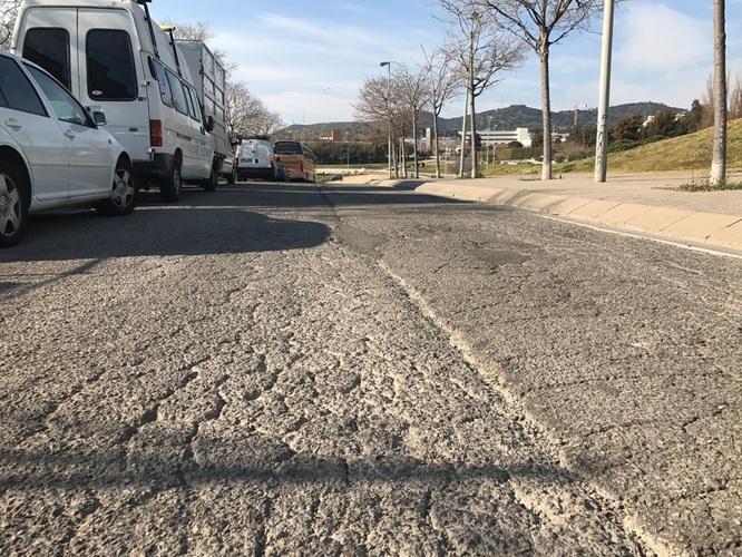 S'inicien les obres de reparació urgent de la calçada de la Travessera de Montigalà