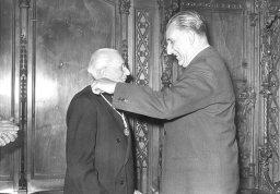 Entrega de la medalla: Ramon Marull i Josep M. Porcioles , 11 d'abril de 1960 Font: col·lecció Ramon Marull