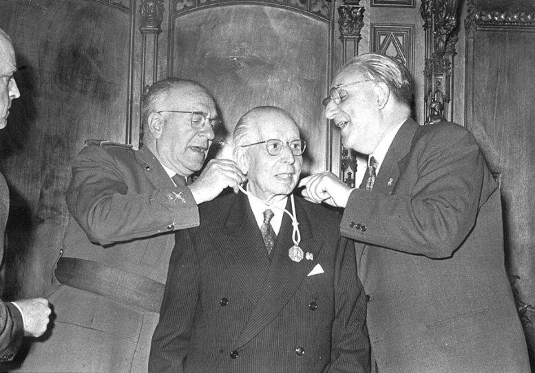 Entrega de la medalla: 11 d'abril de 1960 Font: col·lecció Ramon Marull