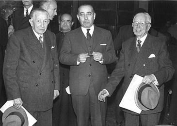 Ramon i Pere Marull amb el secretari Luis Miguel Rodriguez. En l'acte de cloenda del Primer Congrés Filatèlic Internacional. 5 d'abril de 1960. Font: col·lecció Ramon Marull, autor desconegut