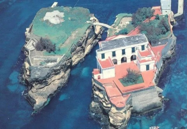 Hasil gambar untuk Isola La Gaiola