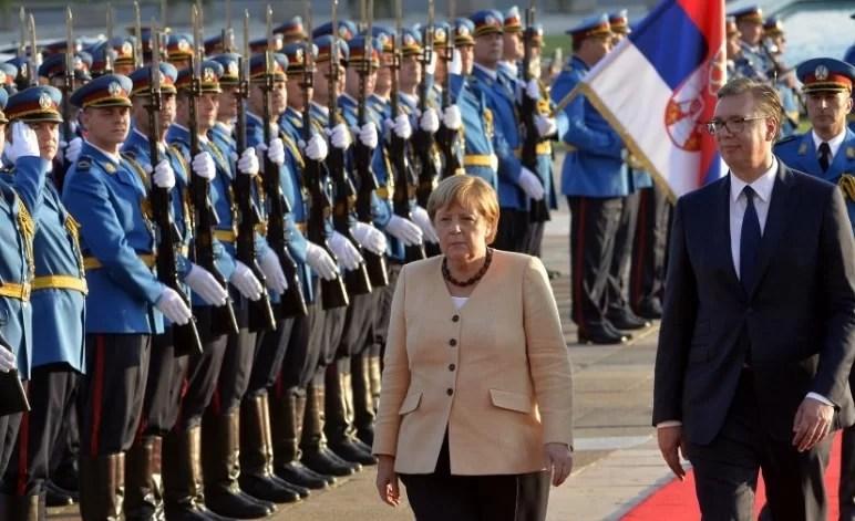 Pas pritjes me lule, Vuçiç dhe Merkel takim 'ballë për ballë' në Pallatin e Serbisë