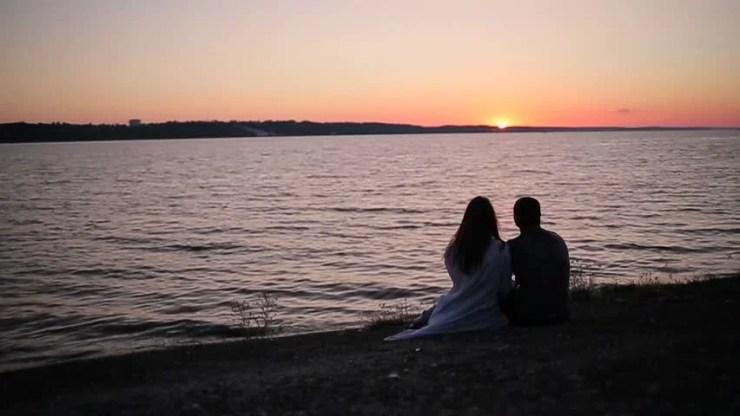 Couple Sitting On the River Arkivvideomateriale (100 % royaltyfritt)  20235181 | Shutterstock