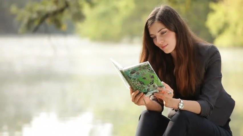 Αποτέλεσμα εικόνας για Beautiful woman reading book